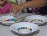 Bonibon deneyi ile gökkuşağı nasıl yapılır? Gökkuşağı yapmak için bonibon deneyi videosunu izleyin. Bonibon şekerlerle gökkuşağı yapımı sayfamızda