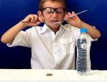 Denge deneyi izleyin. Denge deneyi yapmak için gerekli malzemeler; Madeni 1 lira, 2 çatal, dolu 1 küçük su şişesi. Bu deney hem kolay, hem de öğreticidir.