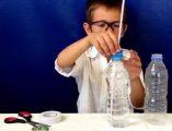 Su saati deneyi izleyin. Su saati deneyi yapmak için gerekli malzemeler; biri dolu, biri boş 2 küçük plastik su şişesi, 1 makas, bant, pipet.